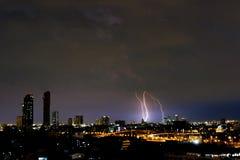 闪电在黑暗的夜 库存图片