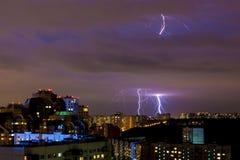 闪电明亮的罢工在晚上雷暴期间的在莫斯科 免版税库存照片