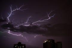 闪电横跨天空闪动了 免版税库存照片