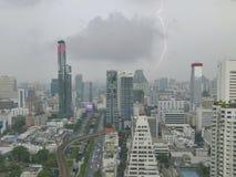 闪电现象在曼谷街市商业区 免版税库存图片