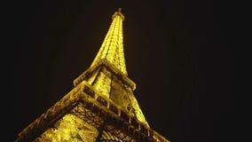 闪耀反对黑夜空背景,巴黎视域的庄严艾菲尔铁塔 股票视频