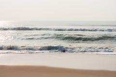 闪耀在海滩挥动 库存图片