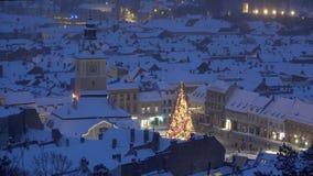 闪耀的圣诞树在中世纪镇,布拉索夫,罗马尼亚的心脏,看法 股票录像