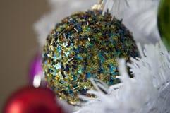 闪耀的圣诞树装饰品 免版税库存照片