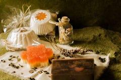 闪耀的松饼和肥皂由天然产品制成 免版税图库摄影