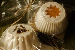 闪耀的松饼和肥皂由天然产品制成 库存照片