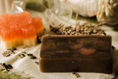 闪耀的松饼和肥皂由天然产品制成 免版税库存照片