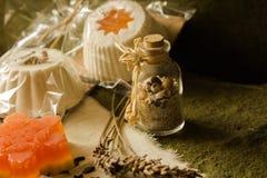 闪耀的松饼和肥皂由天然产品制成 免版税库存图片