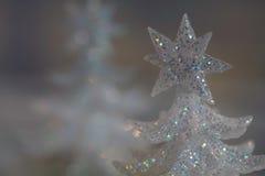 闪耀的白色假日圣诞树装饰 免版税库存照片