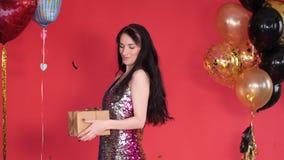 闪耀的礼服藏品礼物的美丽的少女 股票录像