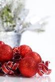闪耀的红色圣诞节装饰品 图库摄影