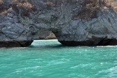 闪耀的绿松石水和峭壁的看法 免版税库存图片
