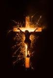 闪耀的耶稣的标志十字架的在黑暗的背景 库存照片