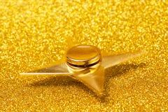 闪耀的背景的金黄锭床工人 库存照片