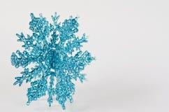 闪耀蓝色大的雪花 库存照片