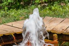 闪耀,泡沫似的矿泉水 免版税库存照片