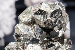 闪锌矿硫铁矿唬弄金子石发光 库存照片