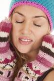 闭上的温暖的手套帽子眼睛 库存照片