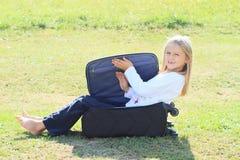 闭合值的手提箱的女孩 免版税库存图片