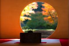 闭合日本茶室在秋天 免版税库存图片