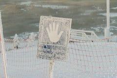 闭合的区域,垂悬在滑雪倾斜前面的标志 芬兰,Ruka 库存照片