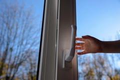 闭合的塑料乙烯基窗口和儿童手 库存照片