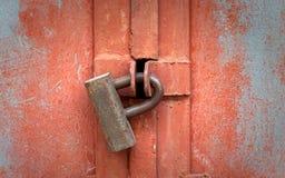 闭合的大老生锈的金属挂锁 库存图片