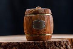 闭合的小桶用在一把木锯的蜂蜜 纬向条花 免版税库存照片