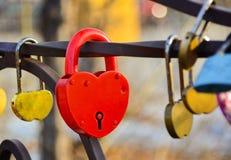 闭合的挂锁红色 以心脏的形式红色挂锁 免版税图库摄影