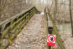 闭合的损坏的木桥,腐烂, 免版税图库摄影