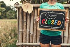 闭合的标志木板在妇女手上 r 库存照片