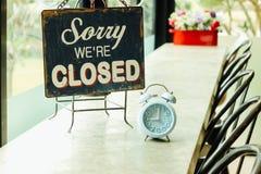 闭合的标志板在咖啡店 免版税库存照片