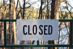闭合的标志登上绿化门 库存图片
