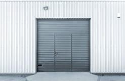 闭合的现代车库或仓库门 库存照片