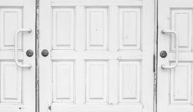 闭合的白色门 免版税库存图片