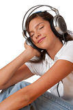 闭合的眼睛听的音乐少年 免版税库存照片