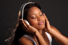 闭合的眼睛耳机听的恋人音乐 免版税库存图片