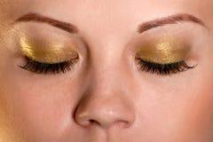 闭合的眼睛金黄盒盖 免版税库存图片