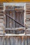 闭合的窗口在一个木房子里 免版税库存图片