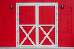 闭合的红色门 免版税库存图片