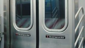 闭合的纽约地铁地下列车车箱门在行动时,在双方的警告的精瘦的标志内部射击  股票视频