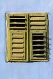 闭合的老快门视窗木头 免版税库存照片