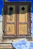 闭合的老快门视窗木头 免版税库存图片