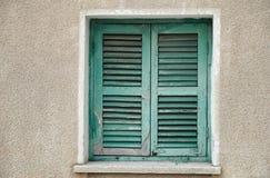 闭合的老快门视窗 免版税库存照片