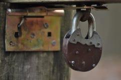 闭合的老挂锁 免版税库存图片