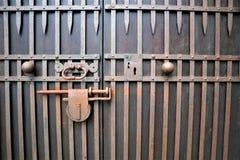 闭合的老生锈的挂锁 库存照片