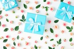 闭合的蓝色礼物盒收藏,在白色backgroun的桃红色玫瑰 库存图片