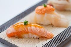 闭合的被火炬点燃的Salmoni寿司和Hotate扇贝寿司 免版税库存照片