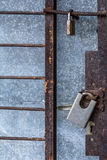 闭合的金属锁门安全保障挂锁 库存照片