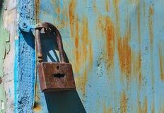 闭合的金属锁门安全保障挂锁 免版税库存照片